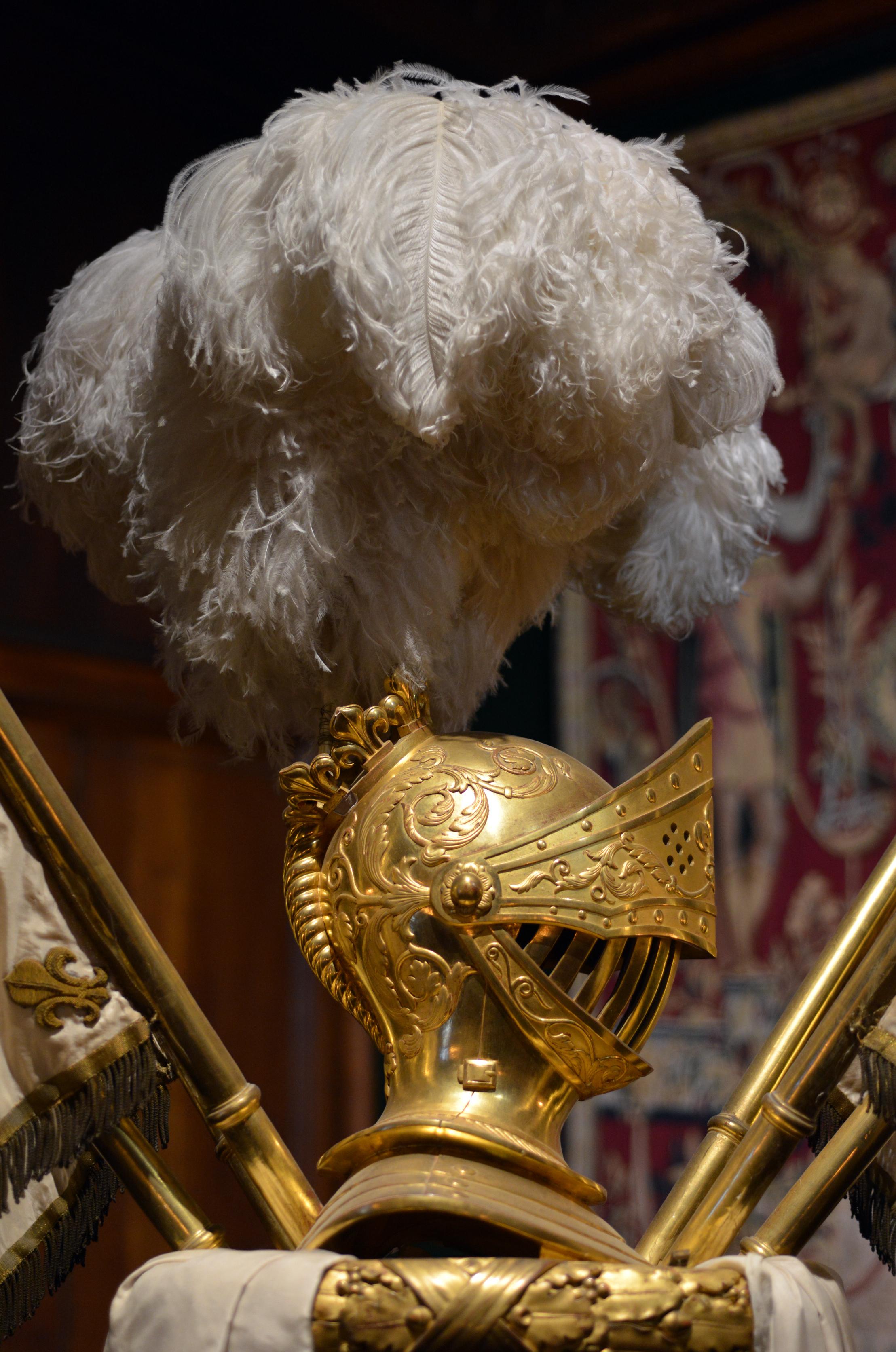 Détail du décor du berceau-carapace du roi Henri IV - casque et panache blanc