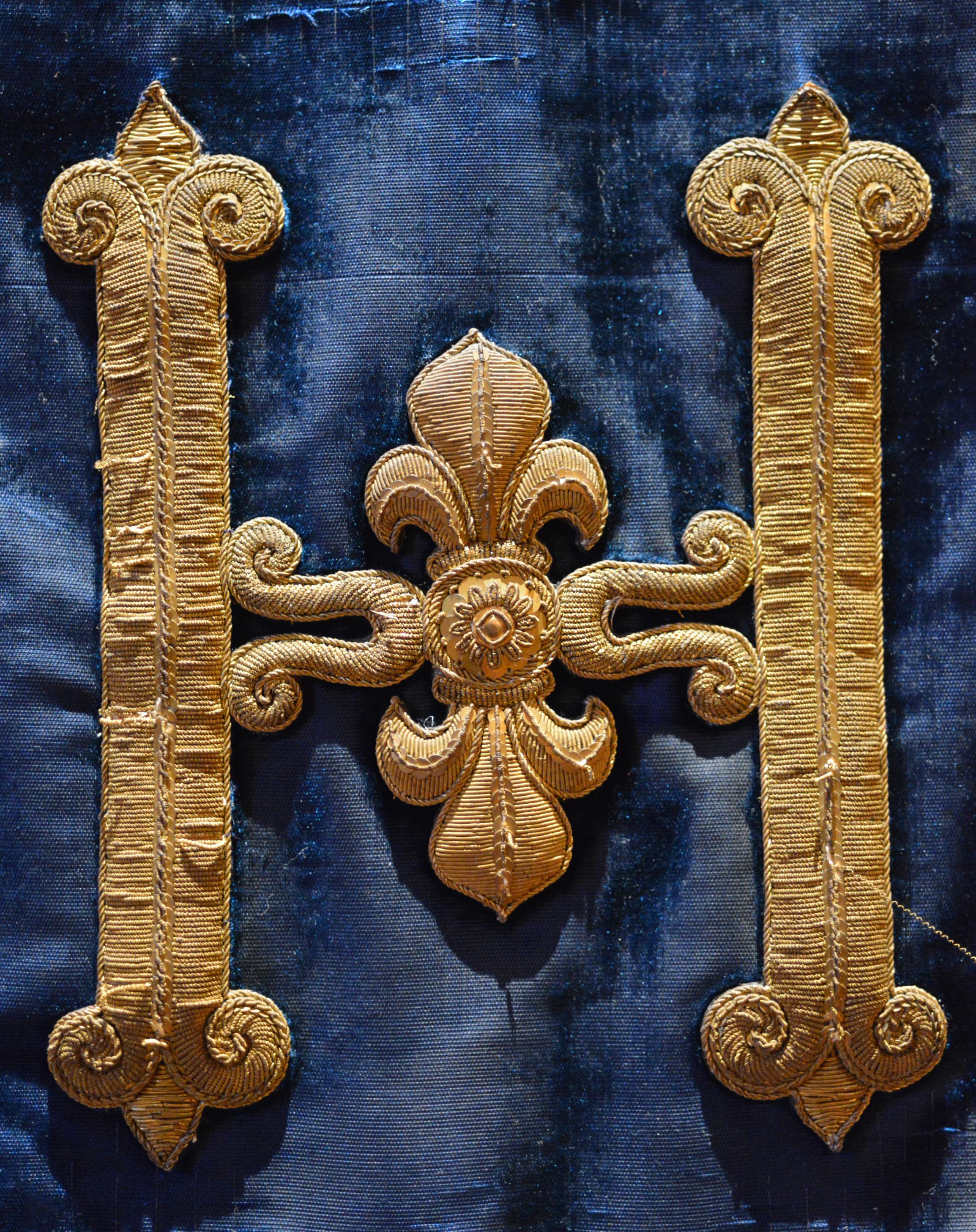 Détail du décor du berceau-carapace du roi Henri IV - H brodé