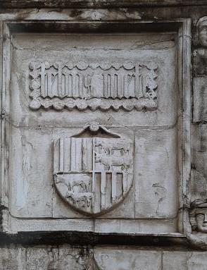 Dalle héraldique restituée (copie) visible aujourd'hui dans la cour du château de Pau