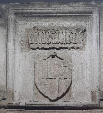 Dalle armoriée originale aujourd'hui à l'intérieur du château de Pau, entre la chapelle et le donjon de brique.
