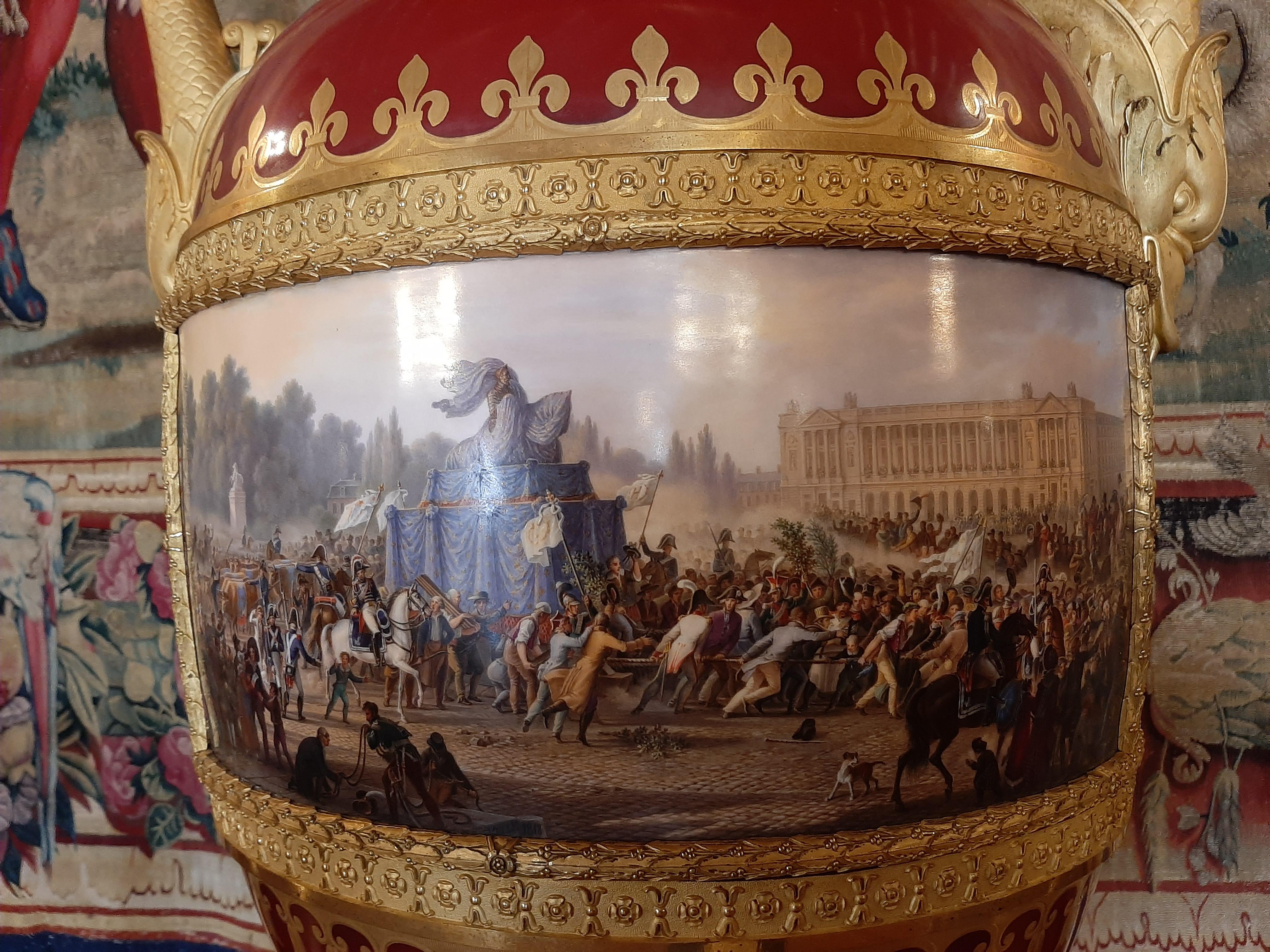 Détail grand vase de forme étrusque représentant la foule remplaçant les boeufs tirant la statue d'Henri IV pour installation sur le Pont neuf en 1818