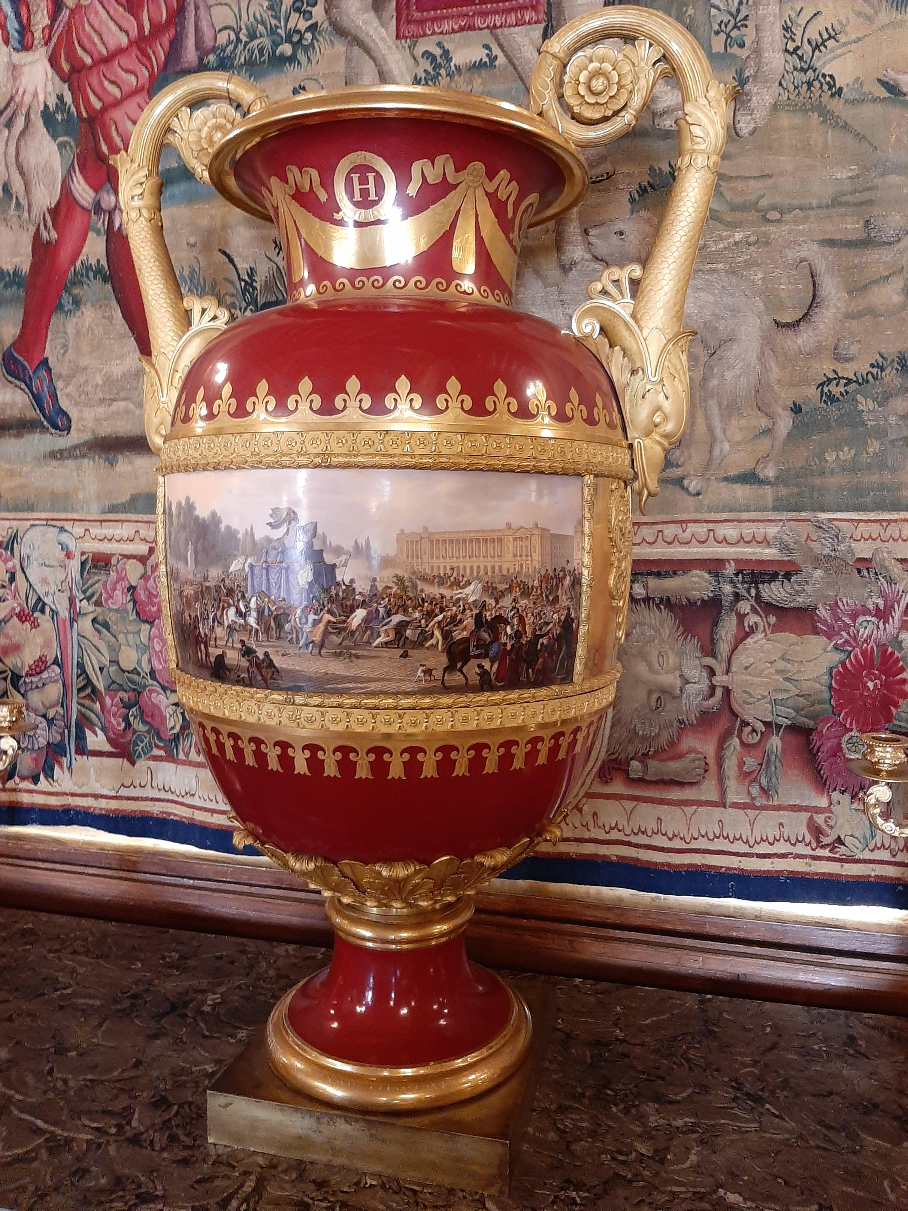 Grand vase de forme étrusque représentant l'inauguration de l'installation de la statue d'Henri IV sur le Pont neuf en 1818