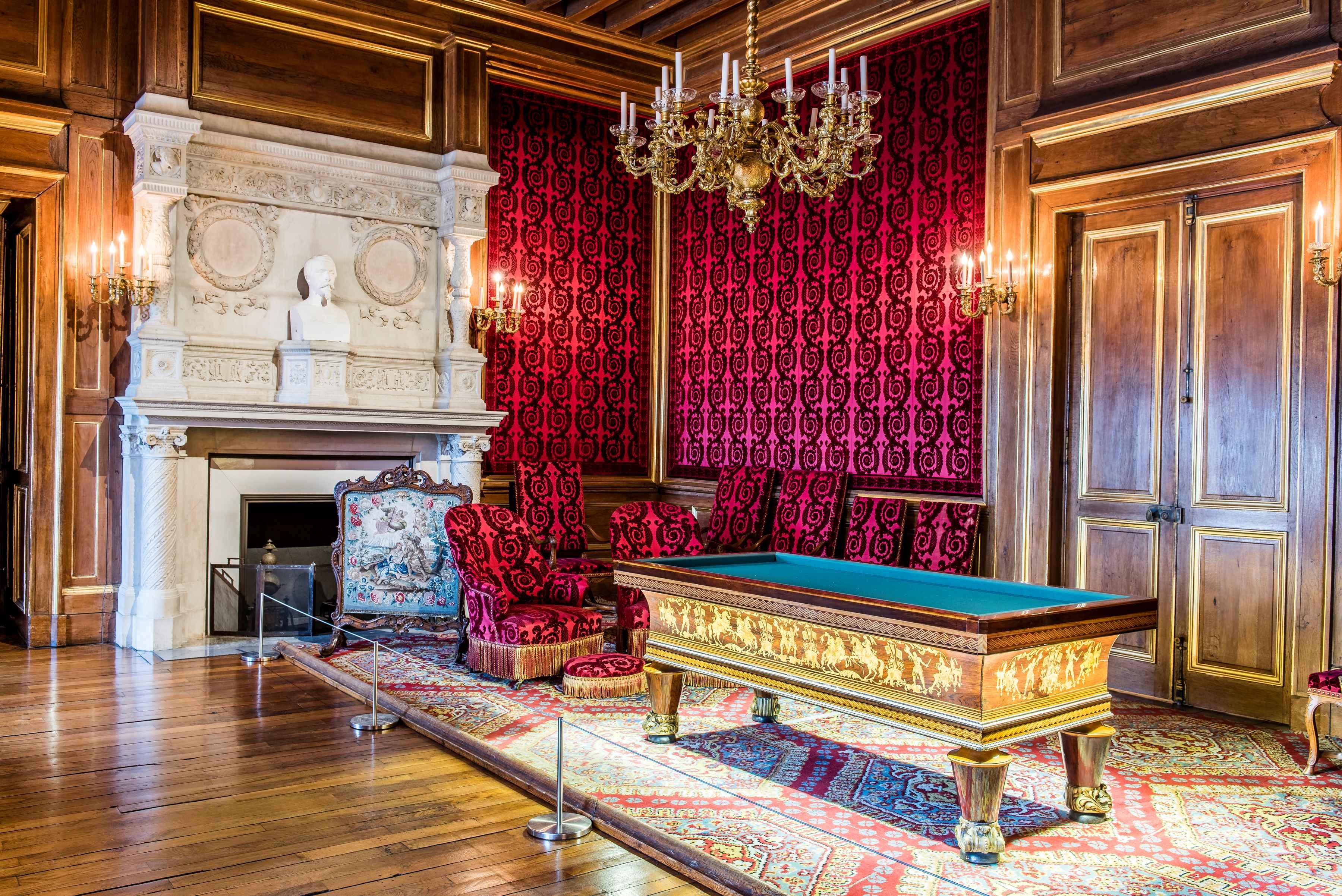Salon de famille - Billard et fauteuils - Château de Pau
