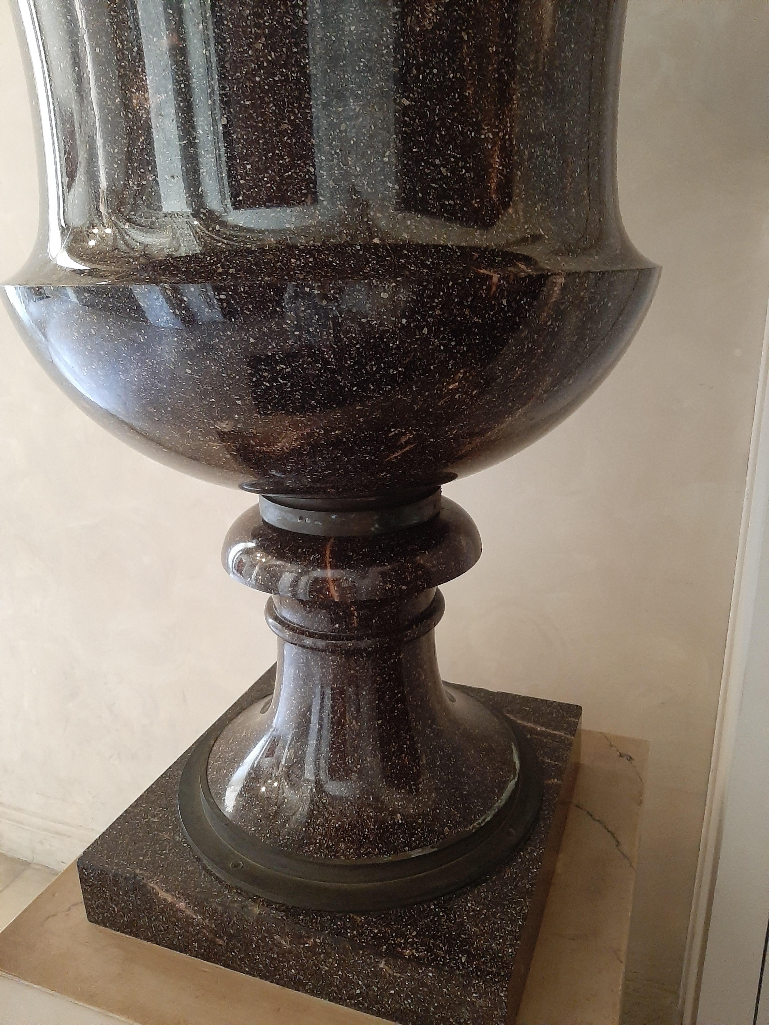 Vase de porphyre, détail, Château de Pau